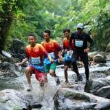 Peserta Banyuwangi Ijen Green Run sedang melintasi rute sungai
