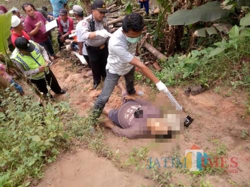 Polisi saat melakukan olah TKP di lokasi penemuan mayat. (Foto : Polsek Tumpang for MalangTIMES)