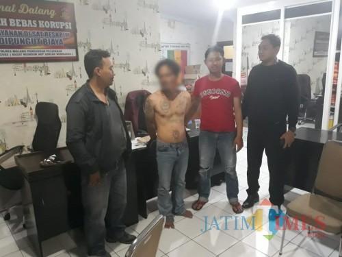 Tersangka kasus sodomi (telanjang dada) saat dilimpahkan ke UPPA Satreskrim Polres Malang. (Foto : Humas Polres Malang for MalangTIMES)