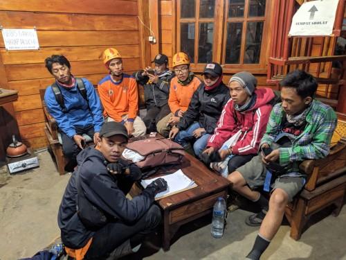 Tim pencarian bersama dua pendaki Gunung Panderman Kota Batu saat berada dipos pantau Gunung Panderman,Minggu (21/7/2019). (Foto: istimewa)