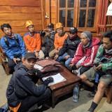 Tim pencarian bersama dua pendaki Gunung Panderman Kota Batu saat berada di�pos pantau Gunung Panderman,�Minggu (21/7/2019). (Foto: istimewa)