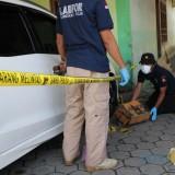 Anggota tim labfor Mabes Polri cabang Surabaya lakukan olah TKP di lokasi pelemparan bom molotov. (Foto : Adi Rosul / JombangTIMES)