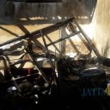 Bagian dapur rumah  milik Nuryati yang terbakar. (Foto Heru Hartanto / Situbondo TIMES)