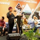 Bupati Banyuwangi Abdullah Azwar Anas saat presentasi bersama VP Cargo dan Ancillary Citilink Indonesia