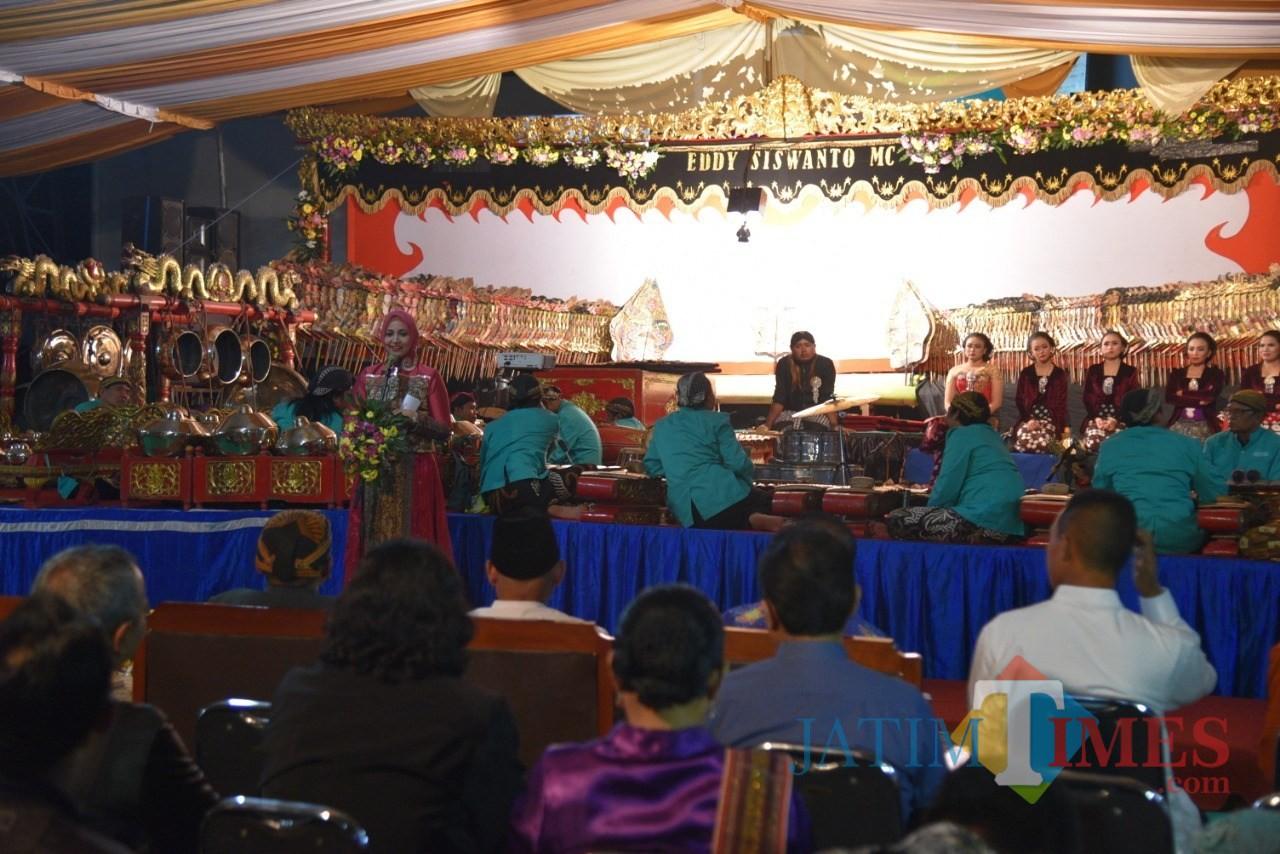 Bupati Jember dr Hj Faida MMR saat memberikan sambutan pada HUT Ke-59 Adhiyaksa di halaman Kantor Kejaksaan Negeri Jember. (foto: istimewa / Jatim TIMES)