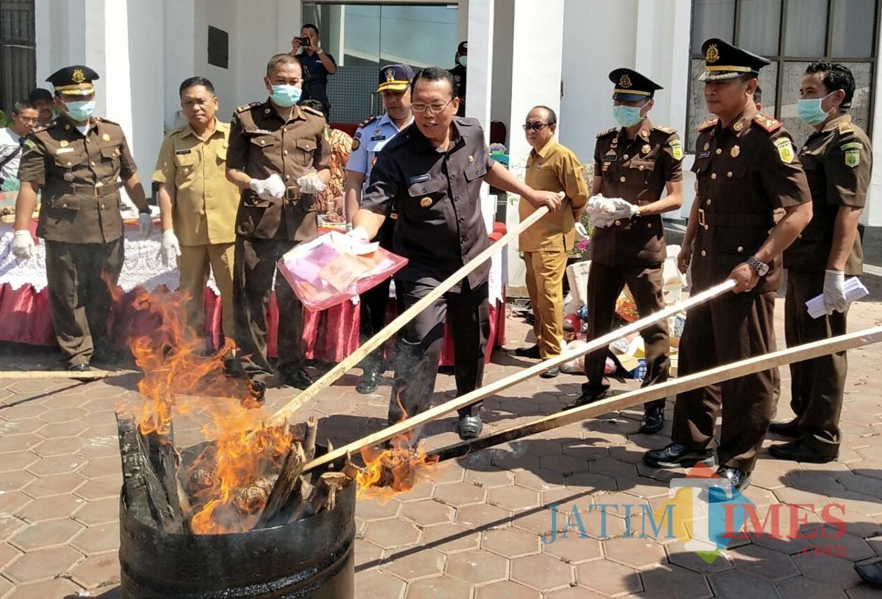Forkopimda saat memusnakan barang bukti di halaman belakang kantor Kejari (Foto Heru Hartanto/Situbondo TIMES)