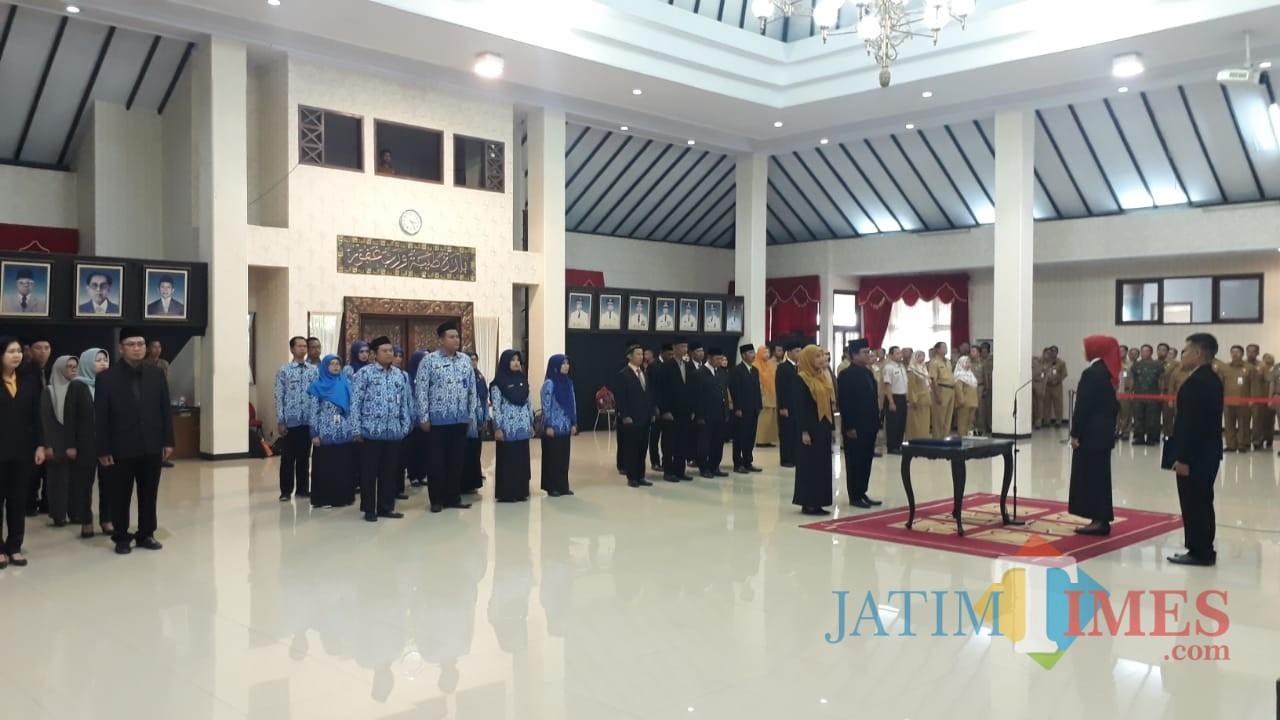 Isnaini Dwi Susanti SH. M.Si saat dilantik Bupati Jember dr. Hj. Faida MMR di Aula Wahyawibawa Graha Pemkah Jember (foto : Ayunk Basid / Jatim TIMES)