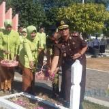 Kajari Situbondo saat tabur bunga di Taman Makam Pahlawan Situbondo (Foto Sony Haryono / Situbondo TIMES)