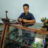 Nanang menunjukkan pisau Komando buatannya.(Foto : Malik Naharul/BlitarTIMES)
