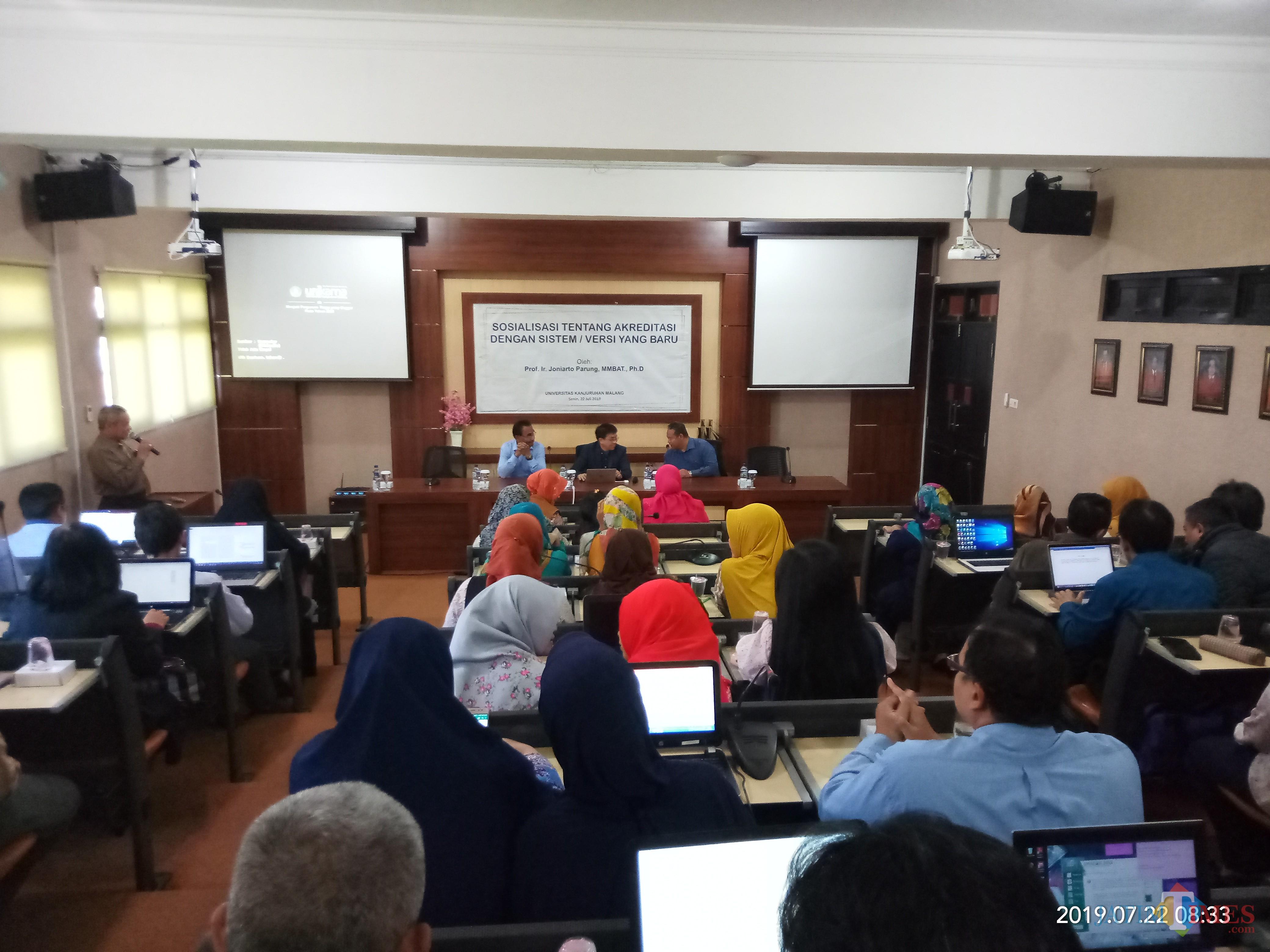 Para dosen, karyawan dan pejabat struktural Unikama saat mengikuti sosialisasi sistem akreditasi yang baru. (Anggara Sudiongko/MalangTIMES)