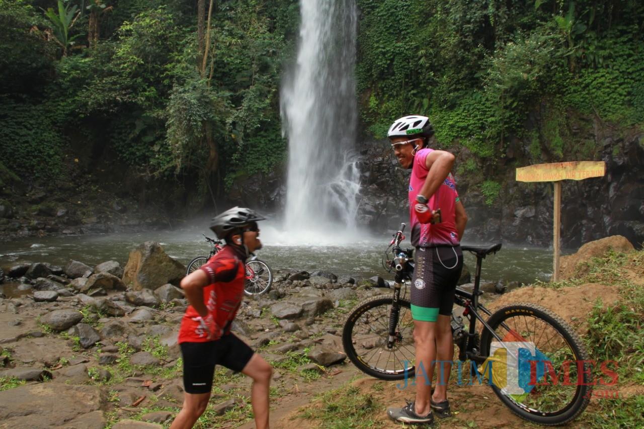Para penggemar sepeda gunung tengah menikmati kesegaran wisata air terjun Coban Jahe di Jabung, Kabupaten Malang. (Foto: Nurlayla Ratri/MalangTIMES)