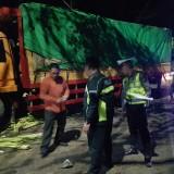 Petugas kepolisian melakukan Olah TKP kecelakaan maut.