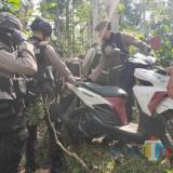 Polisi menemukan 16 motor di dalam rumah dan perkarangan rumah Sugeng (Foto : Moch. R. Abdul Fatah / Jatim TIMES)