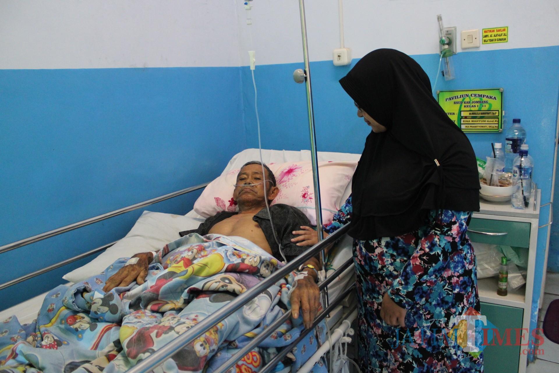 Salah seorang CJH asal Jombang terlihat terbaring di ruang Cempaka RSUD Jombang akibat penyakit yang dideritanya. (Foto : Adi Rosul / JombangTIMES)