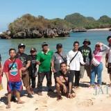 Tim BlitarTIMES Jalan-jalan bersama pegiat wisata Blitar saat berkunjung ke Pantai Tiga Warna Malang.(Foto : Malik Naharul/BlitarTIMES)