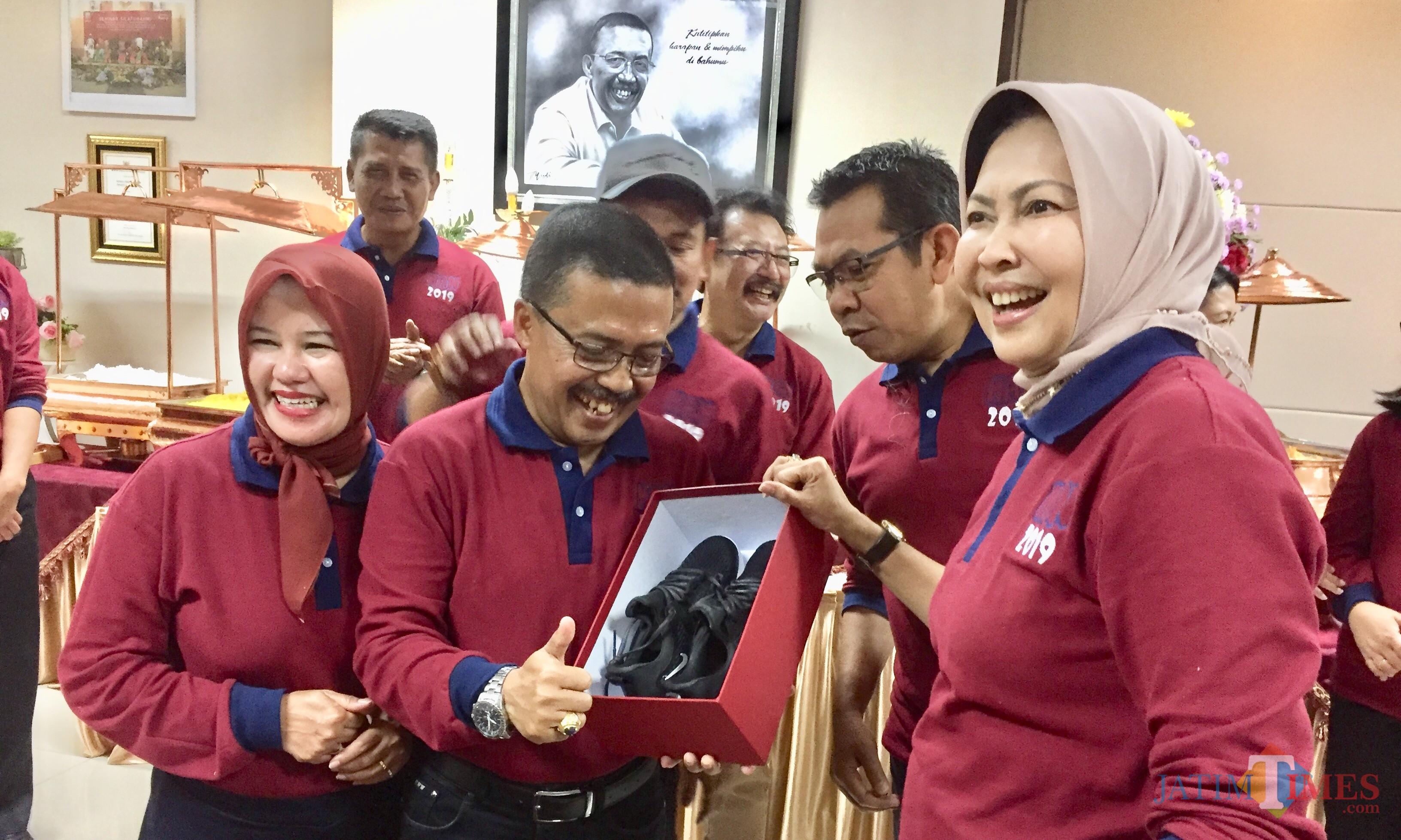 Wali Kota Batu Dewanti Rumpoko saat memberikan hadiah sepatu kepada Punjul di kantornya, Balai Kota Among Tani, Senin (22/7/2019). (Foto: Irsya Richa/MalangTIMES)