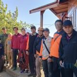Wali Kota Batu Dewanti Rumpoko saat meninjau kebakaran Gunung Panderman dari pos pantau Gunung Panderman, Senin (22/7/2019). (Foto: istmewa)