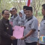 Bupati menyerahkan SK kepengurusan kepada Pengurus Bapparda masa bakti 2019-2021.(Foto : Malik Naharul/BlitarTIMES)