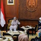 Gubernur Jatim saat menerima audiensi Menteri Perumahan dan Kerajaan Tempatan Malaysia di Gedung Negara Grahadi Surabaya, Selasa (23/7).