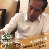 Jokowi saat minum jamu dengan gelas luriknya di Istana Bogor.