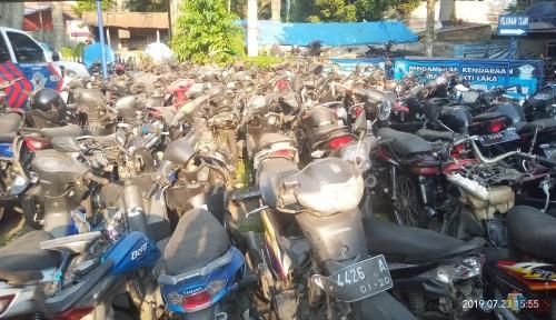 Ratusan barang bukti laka yang nampak menumpuk di Kantor Unit Laka (Anggara Sudiongko/MalangTIMES)