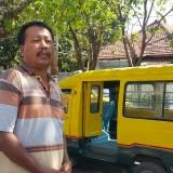 Saman, sopir angkot saat berada di halte Banda, Mayangan, Kota Probolinggo (Agus Salam/Jatim TIMES)