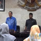 Sekda Kota Kediri Budwi Sunu (kiri) dan Ketua DPRD Kota Kediri Kholifi Yunon saat rapat paripurna. (eko Arif s /JatimTimes)