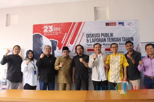 Wali Kota Malang Sutiaji (kenakan baju kheki) saat hadir dalam diskusi yang digelar Malamg Coruption Watch di UMM (Pipit Anggraeni/MalangTIMES).