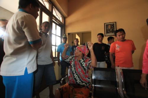 korban Hj Surti pakai batik saat di Mapolsek Mayangan