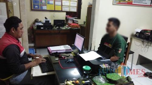 Tersangka Tanaka Putra Gemilang (kanan) saat menjalani penyidikan atas kasus pencurian (Foto : Humas Polres Malang for MalangTIMES)