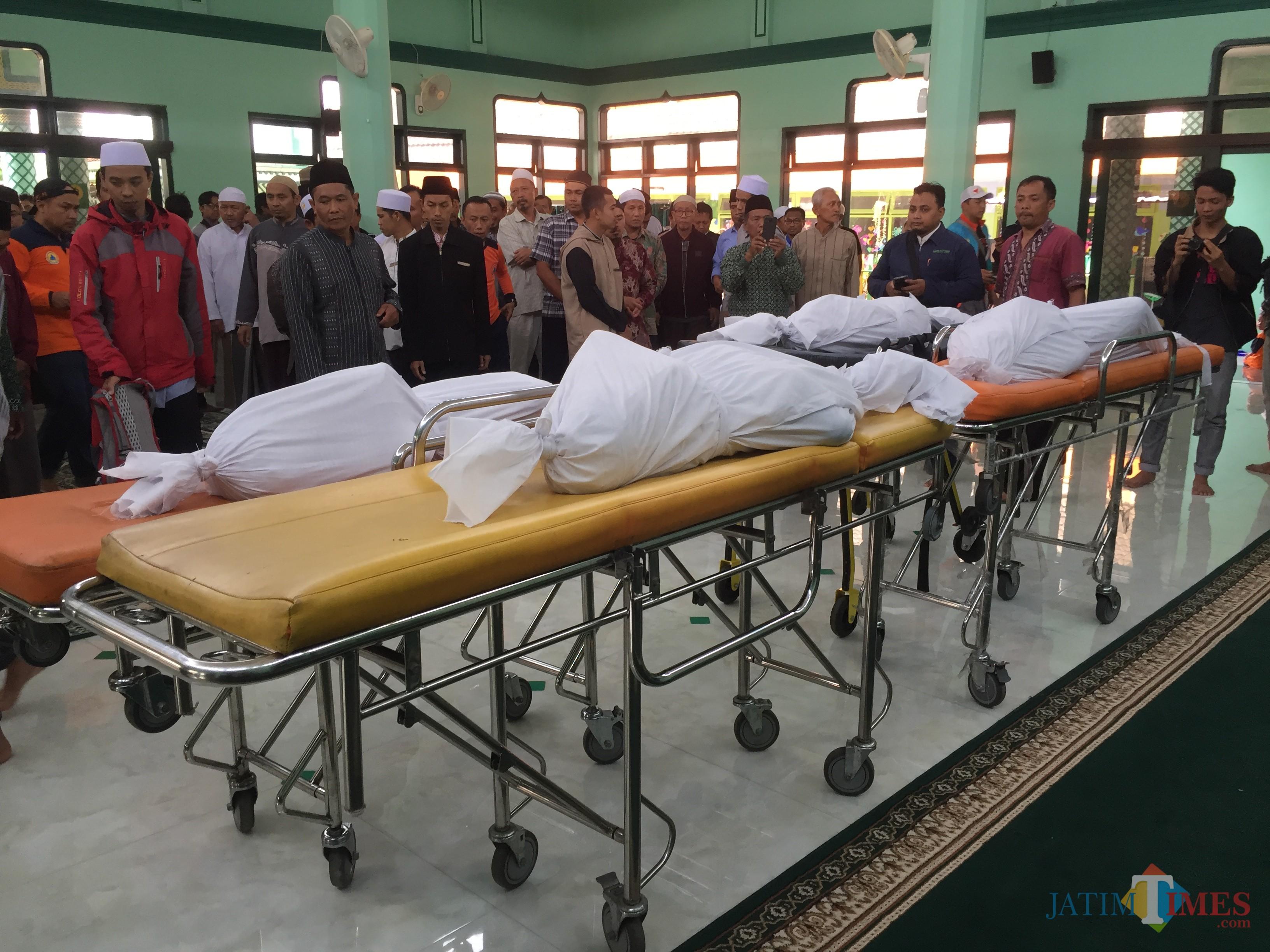 Empat jenazah saat disalatkan di Masjid Al Asy'ari Kota Batu,Rabu (24/7/2019). (Foto: Irsya Richa/MalangTIMES)