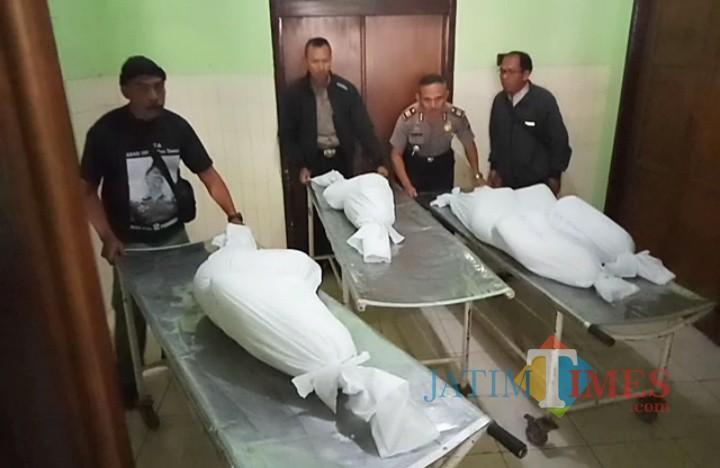 Jenazah empat korban yang selesai dikafani dan akan dibawa ke rumah duka. (Anggara Sudiongko/MalangTIMES)