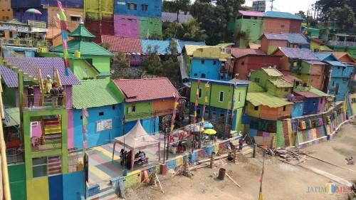 Kampung Warna-Warni Jodipan di Kota Malang tengah direvitalisasi. (Foto: Nurlayla Ratri/MalangTIMES)