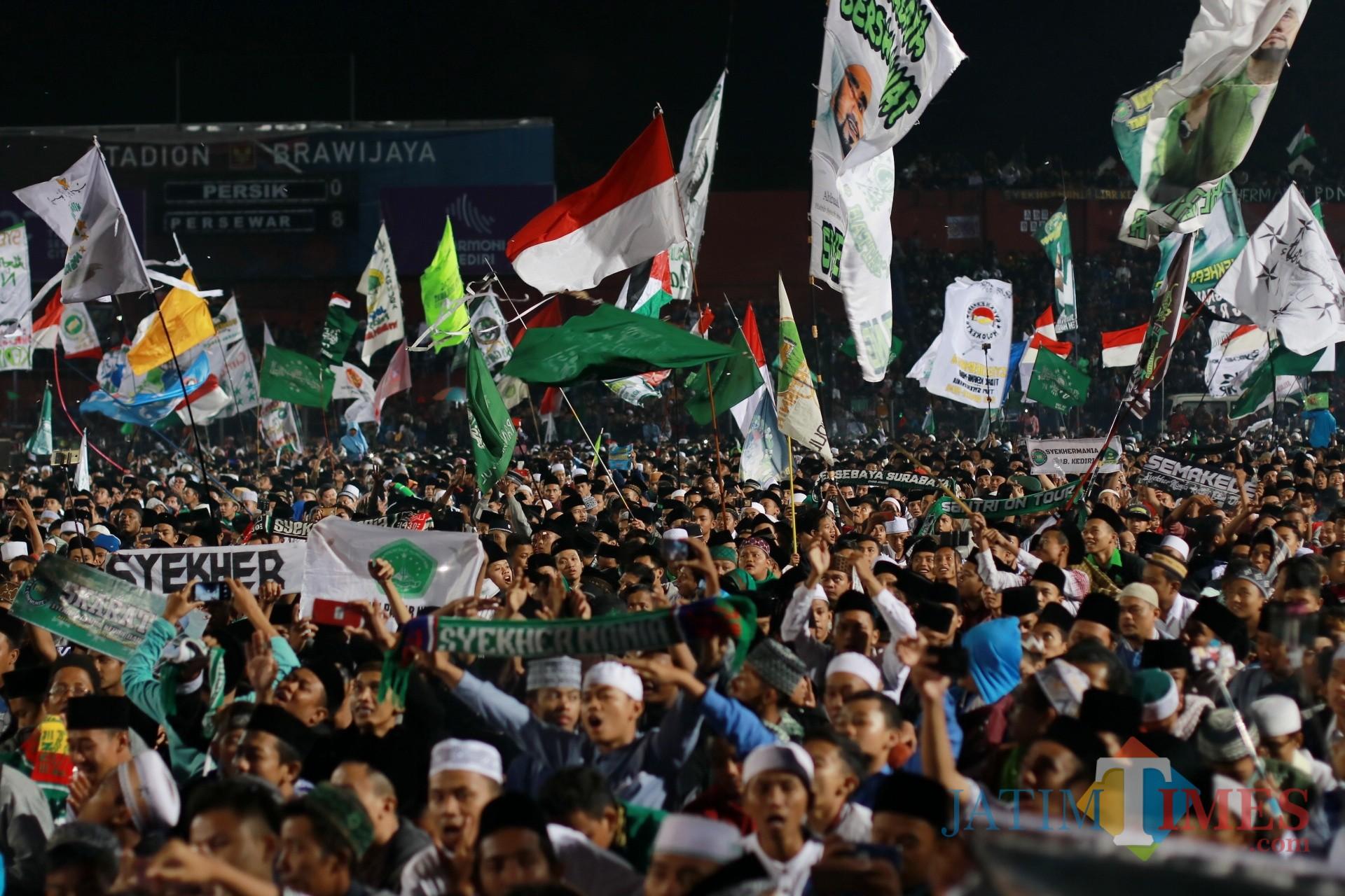 Warga memadati lokasi Kota Kediri Bersholawat di Stadion Brawijaya. (Foto: Bambang Setioko/JatimTIMES)