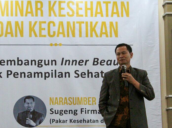 Pakar kesehatan dan kecantikan dr Sugeng Firmansyah saat menjadi pembicara dalam seminar kesehatan dan kecantikan di UM. (Foto: Humas)