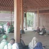 Para petani Kab Blitar saat studi lapang di Desa Nglanggeran, Kab Gunung Kidul.(Foto : Aunur Rofiq/BlitarTIMES)