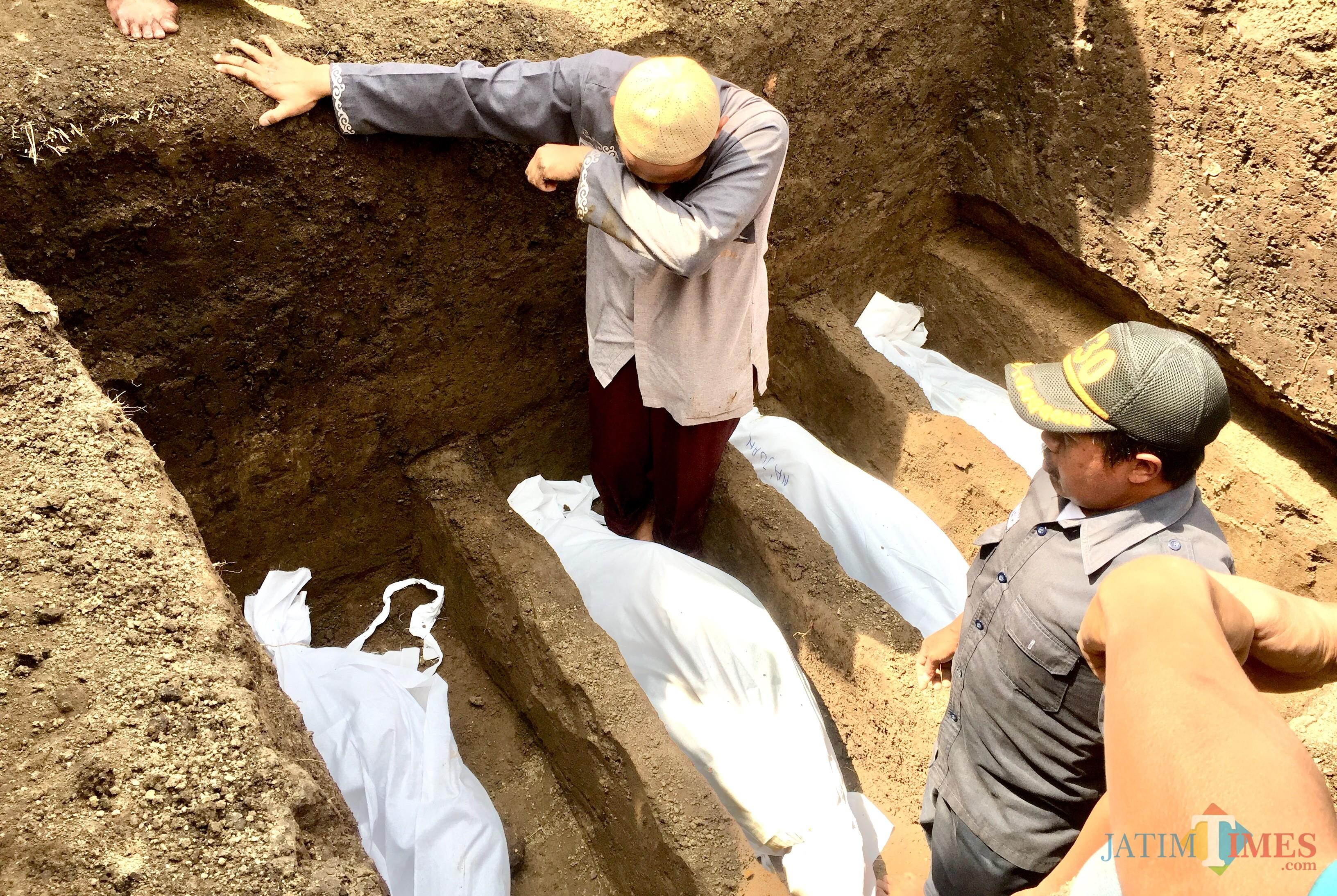 Prosesi pemakaman 4 anak jenazah kebakaran di TPUDesa Junrejo, Kecamatan Junrejo, Kota Batu, Rabu (24/7/2019). (Foto: Irsya Richa/MalangTIMES)