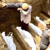 Prosesi pemakaman 4 anak jenazah kebakaran di TPU�Desa Junrejo, Kecamatan Junrejo, Kota Batu, Rabu (24/7/2019). (Foto: Irsya Richa/MalangTIMES)
