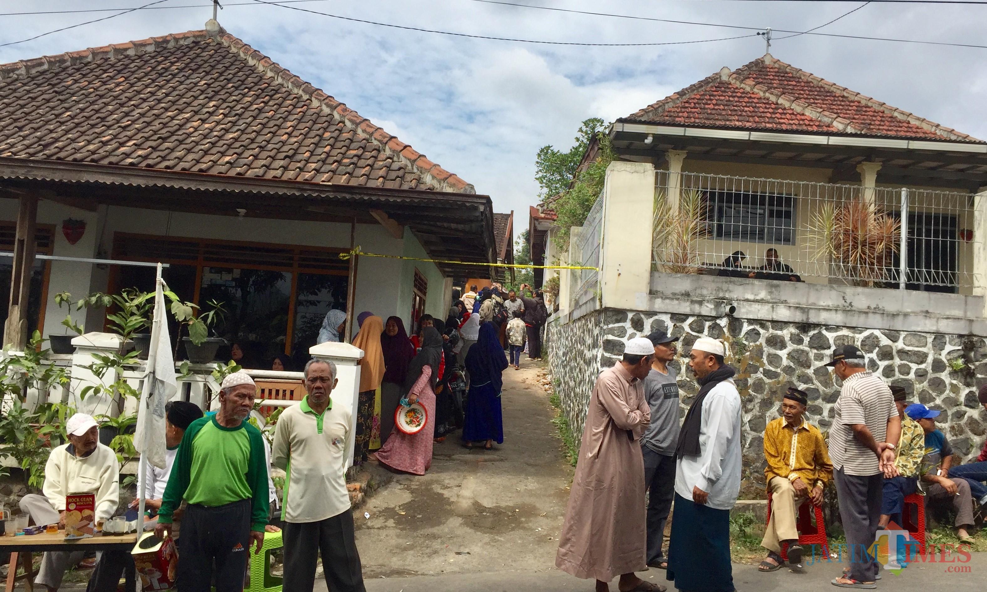 Suasana di area rumah duka Jalan Hasanudin No 35A RT 02 RW 05, Desa Junrejo, Kecamatan Junrejo, Kota Batu, Rabu (24/7/2019). (Foto: Irsya Richa/MalangTIMES)