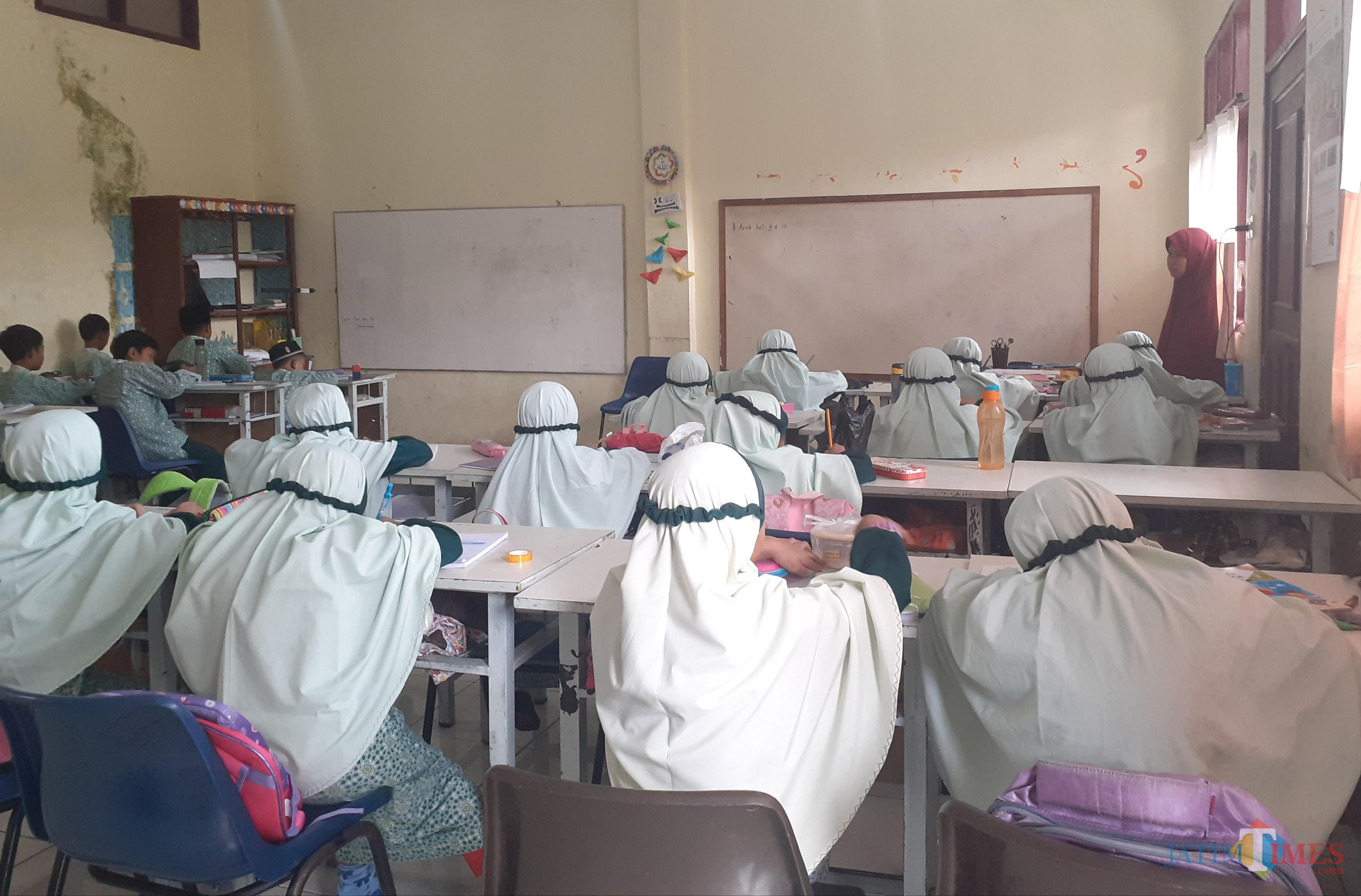 Suasana salah satu kelas di sekolah korban kebakaran di SD Alam Ar-Rohmah hari ini (Rabu, 24/7). (Arifina Cahyanti Firdausi/MalangTIMES)