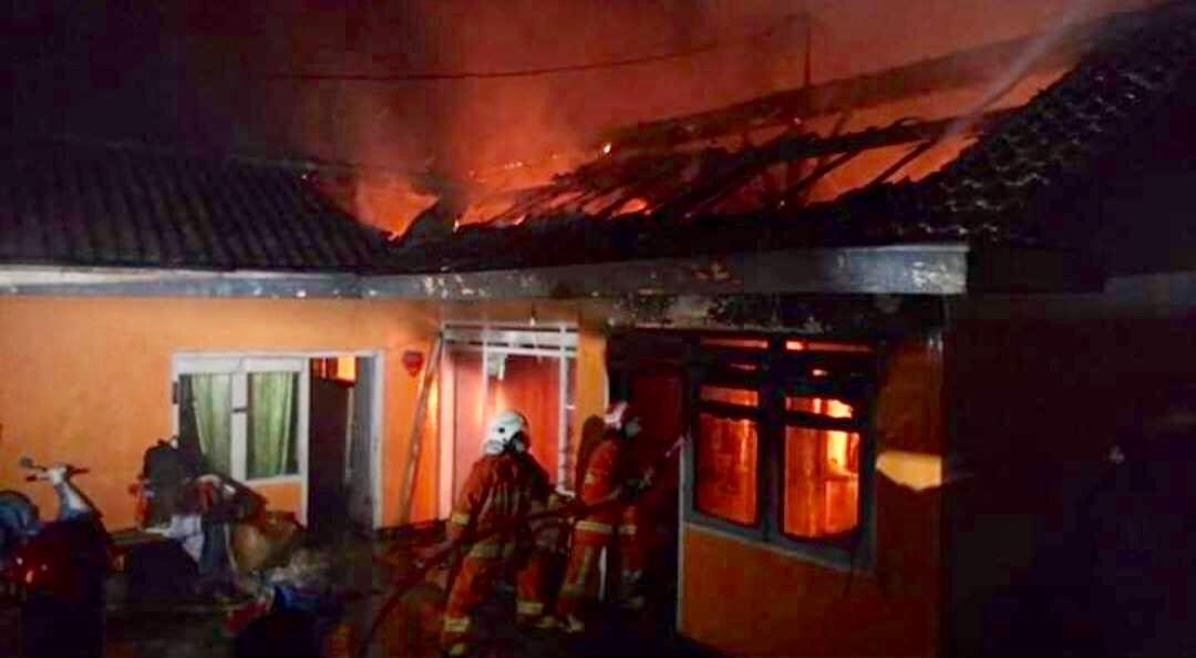 Tim pemadam kebakaran saat memadamkan kebakaran di Jalan Hasanuddin No 37 RT 2 RW 5 Desa Junrejo, Kecamatan Junrejo,�malam ini Selasa (23/7/2019). (Foto: istimewa)