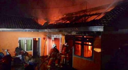 Tim pemadam kebakaran saat memadamkan kebakaran di Jalan Hasanuddin No 37 RT 2 RW 5 Desa Junrejo, Kecamatan Junrejo,malam ini Selasa (23/7/2019). (Foto: istimewa)