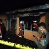 Tim pemadam kebakaran saat memadamkan kebakaran di�Jalan Hasanuddin No 37 RT 2 RW 5 Desa Junrejo, Kecamatan Junrejo,�malam ini Selasa (23/7/2019).