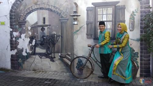 Wali Kota Malang Sutiaji bersama Ketua TP PKK Kota Malang Widayati saat berfoto di wisata heritage Kayu Tangan. (Foto: Nurlayla Ratri/MalangTIMES)