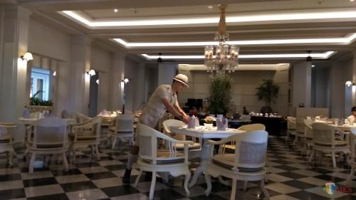 Aula gedung pertemuan zaman Belanda yang kini difungsikan untuk restoran Hotel Shalimar. (Foto: Nurlayla Ratri/MalangTIMES)