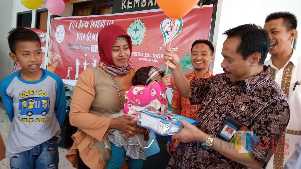 Direktur RSUD dr. Iskak, Supriyanto saat memberikan balon pada salah satu anak. (foto : Joko Pramono/Jatim Times)