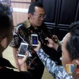 Bupati saat diwawancari wartawan usai rapat koordinasi persoalan eks prostitusi Gunung Sampan. (Foto Sony Haryono / Situbondo TIMES)
