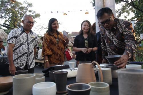 Wakil Wali Kota Malang Sofyan Edi Jarwoko saat meninjau stan dolanan dan kerajinan lokal di Tong-Tong Night Market. (Foto: Dokumen MalangTIMES)
