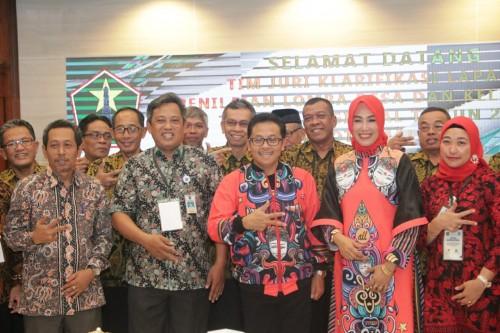 Wali Kota Malang Sutiaji (tengah, berjaket batik oranye) bersama Tim Penilai Lomba Kelurahan Tingkat Nasional di Kelurahan Tulusrejo. (Foto: Humas Pemkot Malang)