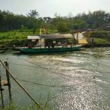 Perahu tambangan di sepanjang aliran Sungai Brantas.(Foto : Malik Naharul/BlitarTIMES)